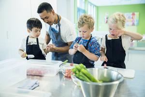 Barn på en förskola hjälper till att förbereda maten. Barn behöver trygga miljöer där de befinner sig, till exempel i skolan, hemma, i trafiken och i vården. Foto: Berit Roald/TT
