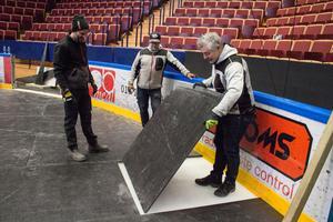 Sista kantbiten. Golvläggningen blir lite som ett pussel. Från vänster: Patrik Lund, Nisse Näsman och Anders Borg.
