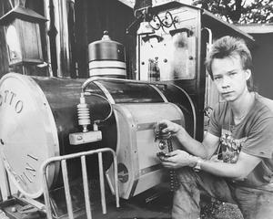 Olycka i leksakståget 1991. Länken brast. Janne Lundqvist, fastighetsskötare i Arosparken, med den trasiga drivkedjan till loket. Kedjan fungerade även som broms. Foto: Göran Widerberg/VLT:s arkiv