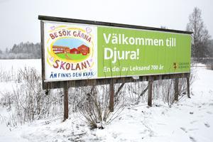 Kreativa djurabor har uppdaterat skylten som välkomnar till byn.