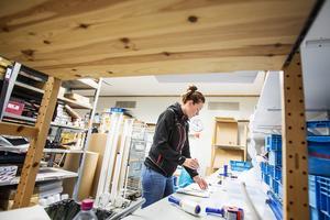 Emma Norling Gustavsson packar de beställningar som har kommit in. De snabba leveranserna är en av Skoterdelen.coms styrkor säger vd Mattias Ahlberg.