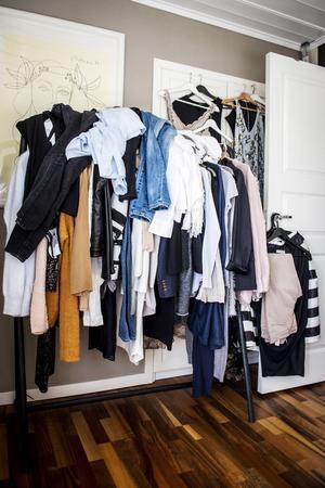 En garderob kräver tid. Eva-Lena visar upp att även hon som arbetar med kläder kan lyckas stöka till det.