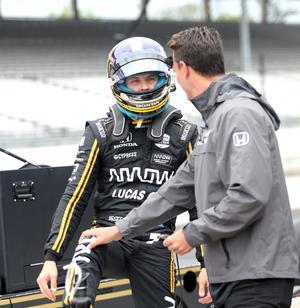 Personlige tränaren Alex Elgh såg om Marcus Ericsson när han klev ur bilen efter träningen.