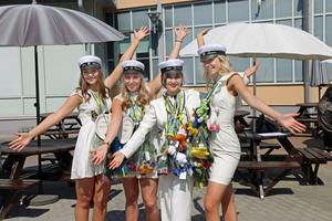 Ellen Ninsved, Maja Byvall, Lida Faramazi och Tilda Åkesson från Göranssonska skolan firar att de tagit studenten.