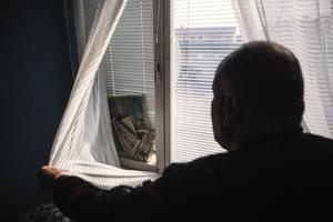 I ett av sovrummen är fönsterrutan trasig. Där tar sig nordanvinden rakt in i lägenheten. Tidningspappret hjälper föga.
