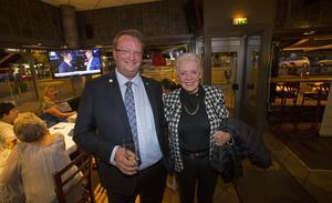 Lars Beckman, riksdagsledamot, och Margareta Larsson, ordförande i kommunfullmäktige, visar nöjda miner på Moderaternas valvaka i Gävle.