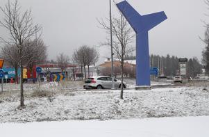 Snöfallet kan orsaka bekymmer i trafiken. Så här såg det ut vid lunchtid på fredagen i Djurås.