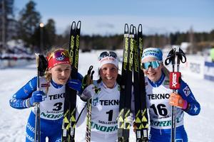 Stina Nilsson, IFK Mora, kom tvåa, Charlotte Kalla, Piteå Elit, vann och Jonna Sundling Umeå kom trea i damernas 15 km masstart i fristil under skid-sm i Skellefteå.Foto: Erik Abel/TT