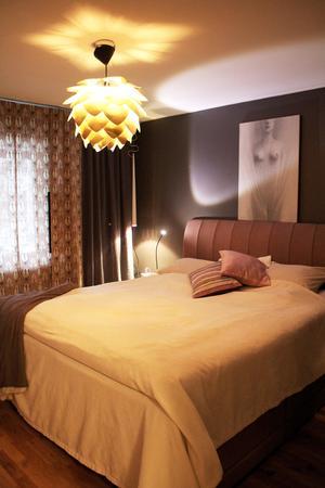 I sovrummet har Gunmari inrett med lugna färger och varma textilier.