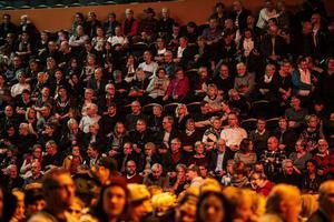 Det var inte många minuter som publiken satt stilla i sina stolar.