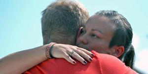 Lina kramar skogsbonden Per farväl i onsdagens avsnitt av