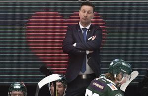 Färjestads tränare Johan Pennerborn såg stundtals uppgiven ut under fredagens ishockeymatch mellan Färjestad BK och HV71 i Löfbergs Arena.