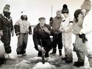 Ruben Forsberg lärde bland annat skolelever att angla, i det här fallet på sjön Åsgarn i januari 1990. Bilden är hämtad ur Avesta Tidnings arkiv.