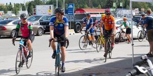 Några cyklister kommer in för att få en kort liten paus innan de fortsätter till Västerås.