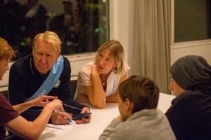 Michael Andersson, förenings- och anläggningschef i Södertälje kommun, och Tina Karlsson från Centerpartiet talade med unga i Järna.