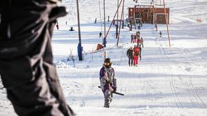 En ihållande köldperiod måste till för att snökanonerna på Fjällberget ska kunna göra backen åkbar. Målsättningen är att kunna öppna anläggningen på juldagen.