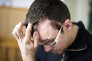 Till vänster ovanför båda öronen kan man se ärr efter operationen, som betydde att i princip skars ett snitt i huvudet mellan båda öronen.
