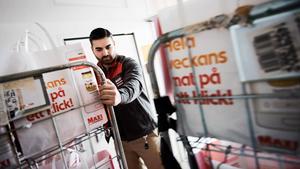 Lucas Acar på Ica Maxi Erikslund packar en bil med matvaror som ska köras ut till butikens onlinekunder.