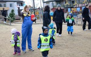 Bamse-kul. Christina Karlkvist hälsar på alla barnen på förskolan Grönsiskan innan Bamse-loppet drar igång.