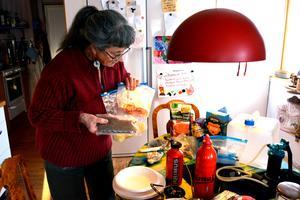 Rotsaker och kött torkar Anita Forssell i en varmluftsugn eller i sin Evermat, som är en särskild tork för ändamålet.