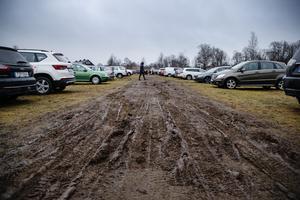 Då snön inte har lagt sig än lade sig en lerig sörja på parkeringsplatsen i stället.