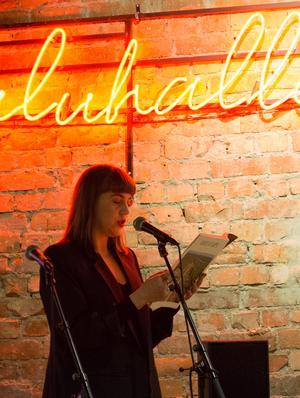 Amanda Nygren från Norrskensteatern läser en av texterna ur senaste Provins.