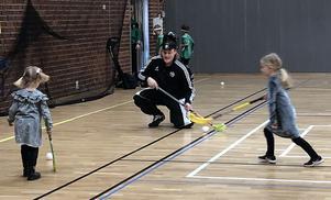 Ett gäng från A-laget kom till hallen och spelade med alla som ville. Foto: Karin Wästvind