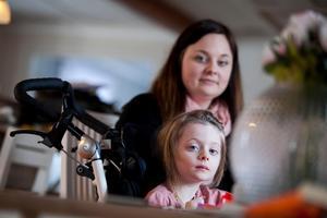 Mollies mamma Jennifer har i flera inlägg på Facebook lyft fram sin dotters kamp mot sjukdomen.