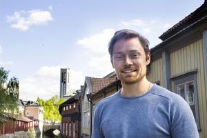 Nils Adler förknippar Västerås med sommar och frihet och  gröna ängar. Han är uppvuxen i London och har sin bas där, men är på väg att flytta till Sverige. När han var barn tillbringade han ofta sommarlovet i Västerås.
