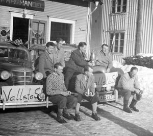 Vallsta SK:s vinnande lag vid SM i skidbudkavle 1950: Bakre raden från vänster. Rune Hägglund, Erik Blomquist, Ivar Johansson, Erik Olsson- Främre raden: Olle Eriksson Börje Eriksson (lagledare), Holger Hansson.