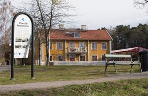 Kanalmuseets skylt vid Hebbevillans gräsmatta har lossnat i kanterna.