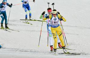Sveriges Hanna Öberg i ledningen på första sträckan under söndagens mixedstafett. Bild: TT Nyhetsbyrån.