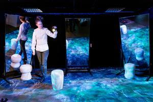 Scenografin Ellenor Lindgren rör sig i består bland annat av speglar. Men den viktigaste scenografin är ljuden. Bild: Patrick Degerman