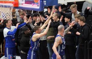 Jämtlands spelare tackar sin nya hejarklack för det stora stödet. Olle Stümer, Thomas Massamba samt de två lagkaptenerna Jaan Puidet och RT Guinn.