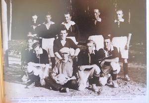 I klubbrummet på Svale IP finns fullt av bilder på gamla lag ur Vikapojkarnas historia. Det här gänget är från början av 30-talet.
