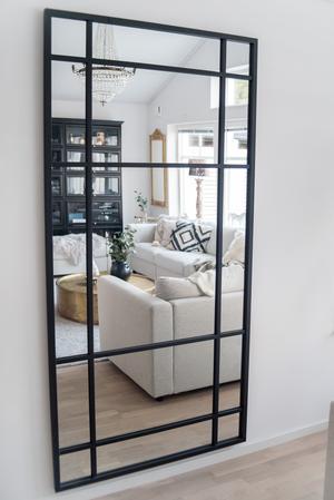 Den industriella stilen finns bland annat i den stora spegeln  i vardagsrummet.