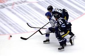Oskar Lang i kamp med David Aronsson och Victor Berglind.