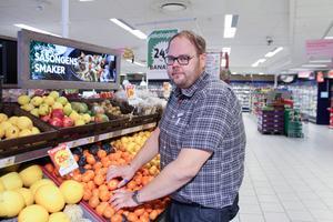 """Fredric Jernemyr, butikschef för Ica Kvantum i Ludvika, försvarar kunder som trycker på frukt för att se om den är mogen. """"Men det gäller att vara försiktig."""""""