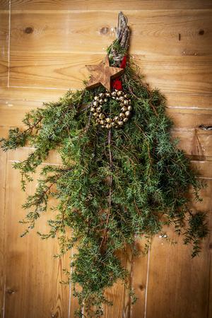 Enriset blir extra dekorativt med lite bling och en stjärna i trä.