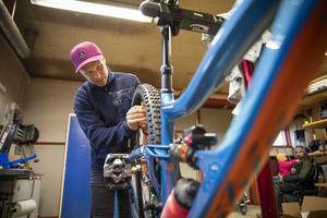 Under tävlingssäsongen följer en mekaniker med teamet Wallner tävlar för. Men på hemmaplan får han ta hand om sina cyklar på egen hand.