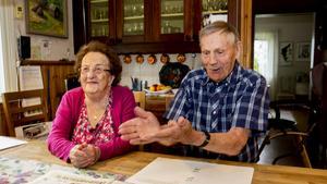 Sören Sjödin fångar en fluga med händerna till allas munterhet. Sören och Ann-Marie Sjödin har varit gifta i 70 år och firar järnbröllop.