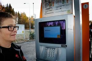 Sedan onsdagen 20 december till fredagseftermiddagen 22 december låg macken i Bergshamras nätverk nere vilket gjorde att det inte gick att betala med kort. Maria Söderström driver macken och berättade att de ordnade en en iZettle som gjorde att kunderna kunde betala med kort inne på macken.
