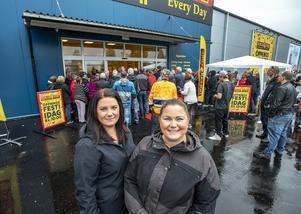 Det var nära på en högtidsdag för Camilla Karlsson och Jenny Hellström som sett fram emot att handla värmeljus och fryspåsar på Dollar Store. Foto: Berit Djuse
