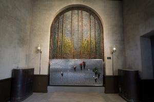Längtan till minnets marker heter konstverket av Karin Amnå-Lindberg. Färska blommor i vaser har satts upp av anhöriga.
