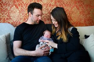 Johan och Sandra Malmsten har efter tolv års längtan äntligen blivit föräldrar.