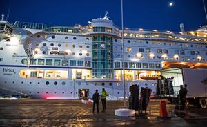 Under lördagen stängde bland annat butikerna och spaanläggningen i fartyget för att få ut så många som möjligt från båten och in till Sundsvall.