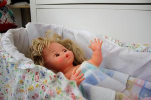 Den lilla flickdockan hade Emma när hon var liten. Nu leker Milou med den hos mormor.