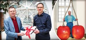 Kommunalråd Per Nylén, Hedbergkännaren Per Grimell och Hans Hedberg med sina jättekörsbär. Bilden är ett montage. Foto: Katarina Östholm/Foto: Cagnes-sur Mers kommun