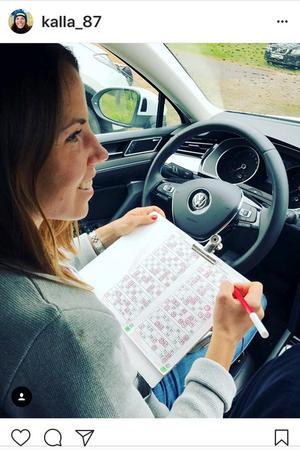 I hembygden i Tärendö ropas bingonumren ut på både finska och svenska. Här sitter Charlotte redo att tuta. Än har hon inte testat på bilbingo i Medelpad.