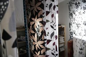 Fokus har alltid legat på att det ska vara kvalité på tygerna. – Det är så kul när en kund kommer in och säger att den använder samma gardiner som den köpt för tio år sen, säger Erja Flatmo.